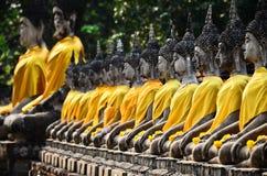 Fileira da imagem de buddha no mongkol de yai chai do wat Fotografia de Stock Royalty Free