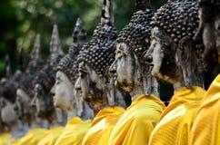 Fileira da imagem de buddha no mongkol de yai chai do wat Imagem de Stock