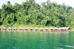 Fileira da jangada para descansar na água em Tailândia foto de stock
