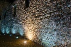 Fileira da luz de vela em uma parede antiga da fortaleza Imagens de Stock Royalty Free