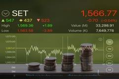 Fileira da moeda para o conceito depositar e de finança com gráfico conservado em estoque no fundo da finança/negócio imagens de stock