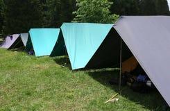 Fileira das barracas no acampamento de verão do boyscout imagem de stock