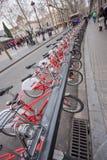 Fileira das bicicletas Bicing que compartilha do sistema imagens de stock royalty free