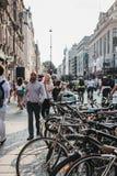 Fileira das bicicletas estacionadas em Oxford Street, Londres, Reino Unido fotografia de stock