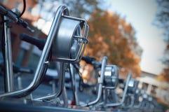 Fileira das bicicletas estacionadas no passeio Imagens de Stock