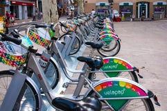 Fileira das bicicletas para o aluguel na cidade velha de Avignon, França durante Art Festival Off fotografia de stock