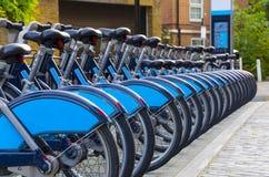 Fileira das bicicletas para o aluguer Fotografia de Stock Royalty Free