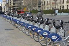 Fileira das bicicletas para o aluguer em Valência, Espanha Fotografia de Stock