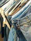 Fileira das calças de brim Foto de Stock