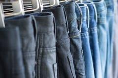 Fileira das calças de brim da sarja de Nimes Fotografia de Stock Royalty Free