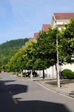 Fileira das casas ao longo da rua Imagem de Stock Royalty Free