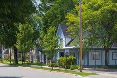 Fileira das casas na rua suburbana imagem de stock