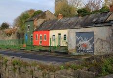 Fileira das casas pintadas com cenas lunáticas, quintilha jocosa, Irlanda, em outubro de 2014 fotografia de stock royalty free