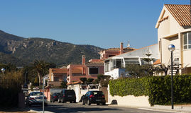 Fileira das casas sobre o céu azul Fotografia de Stock Royalty Free