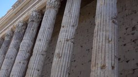 Fileira das colunas no centro de Roma, Itália Templo velho com colunata Arquitetura europeia antiga vídeos de arquivo