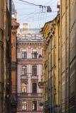 Fileira das construções históricas que esticam na perspectiva Imagem de Stock