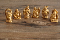 Fileira das estatuetas de rir Budas douradas fotografia de stock royalty free