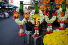 Fileira das festões feitos a mão frescas bonitas da flor feitas da flor branca da gardênia e da coroa e da rosa do vermelho no es Imagem de Stock