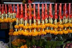 Fileira das festões tailandesas frescas da flor do estilo feitas da flor branca do jasmim e da coroa e do cravo-de-defunto amarel Fotografia de Stock Royalty Free