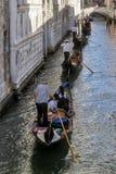 Fileira das gôndola sob a ponte dos suspiros em Veneza, Itália Fotos de Stock