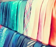 Fileira das gravatas em ganchos na loja de roupa dos homens Imagens de Stock Royalty Free
