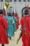 Fileira das guardas armado em uniformes tradicionais antigos do soldado na residência real velha, Seoul, Coreia do Sul Imagem de Stock