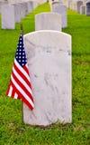 Fileira das lápides com bandeira americana Fotografia de Stock Royalty Free