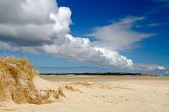 Fileira das nuvens acima da praia Foto de Stock