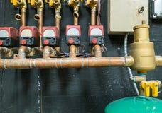 Fileira das tubulações de cobre com unidade de controle Fotografia de Stock
