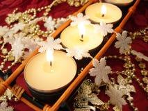 Fileira das velas com flocos de neve imagens de stock royalty free