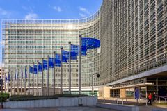 Fileira de bandeiras da UE na frente da construção da comissão da União Europeia em Bruxelas imagens de stock