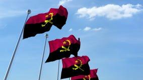 Fileira de bandeiras de ondulação do céu azul do agaist de Angola, laço sem emenda video estoque