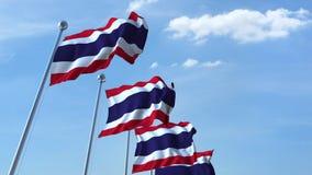 Fileira de bandeiras de ondulação do céu azul do agaist de Tailândia ilustração stock