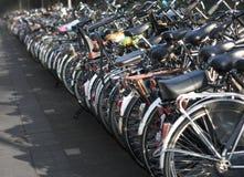 Fileira de bicicletas estacionadas Imagens de Stock Royalty Free
