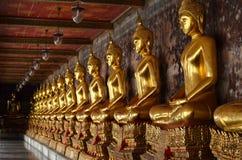 Fileira de Buddha dourado em Tailândia Fotografia de Stock