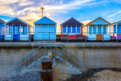 Fileira de cabanas coloridas da praia Fotografia de Stock