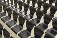 Fileira de cadeiras imagens de stock