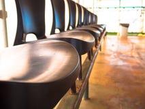 Fileira de cadeiras Fotos de Stock Royalty Free