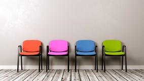 Fileira de cadeiras coloridas diferentes Fotografia de Stock