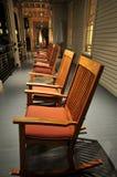 Fileira de cadeiras de balanço no patamar imagem de stock royalty free