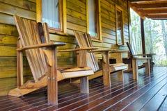 Fileira de cadeiras de madeira no terraço fotografia de stock royalty free