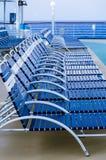 Fileira de cadeiras de sala de estar de dobramento na plataforma Imagens de Stock Royalty Free