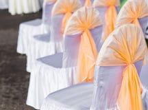 Fileira de cadeiras decoradas tastefully para um evento da peça Imagem de Stock Royalty Free