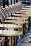 Fileira de cadeiras e de tabelas Imagens de Stock Royalty Free