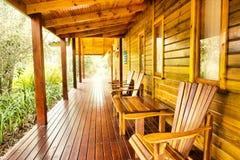 Fileira de cadeiras e de tabelas de madeira no terraço fotos de stock
