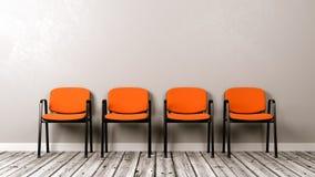 Fileira de cadeiras no assoalho de madeira contra a parede Imagens de Stock Royalty Free