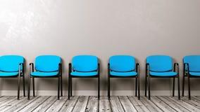 Fileira de cadeiras no assoalho de madeira contra a parede Imagens de Stock