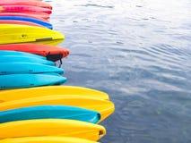 Fileira de caiaque coloridos da fibra de vidro no mar fotos de stock