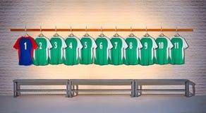 Fileira de camisas verdes e azuis das camisas do futebol 1-11 Foto de Stock
