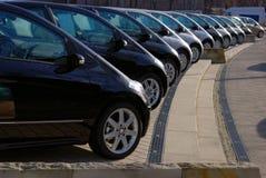 Fileira de carros cinzentos e pretos Fotografia de Stock